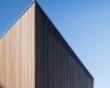 WolveridgeArchitects的MtMartha海滨别墅采用耐候性材料混合包覆