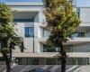 房产信息:倾斜的开口为ADNBAMORA公寓的外立面创造了阳台