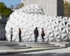 这座建于德国斯图加特的弧形展馆的尖锐模块是由一种生物塑料制成的