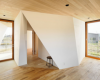 菅义伟在东京的一栋公寓楼里完成了两个一居室的公寓