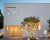 卡达瓦尔&索拉·莫拉莱斯在蒙特雷建造全白色立方体房屋