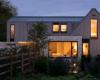 风化的木头覆盖着英格兰乡村的棚屋